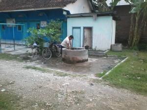 terlihat warga mengambil Air di Sumur tengah