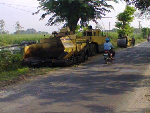 Alat berat yang siap beroperasi di pingggil Jalan turut Desa Pekuwon