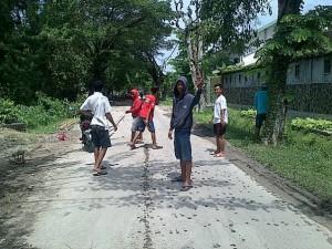 tambak remaja Desa Deru ikut mengatur lalu lintas