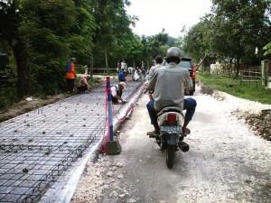 jalan di perkuat dengan sistem beton cor