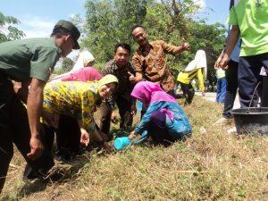 Nurul Azizah Kepala DKP Beserta Pemerintah Desa Deru menanam Bunga Bougenvil